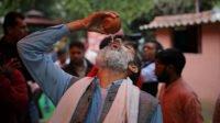 Dipercaya Bisa Tangkal Covid-19, Ratusan Orang di India Minum Urin Sapi