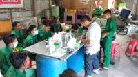 Cegah Covid-19, Siswa Magang SMK PP Bireuen Membuat Hand Sanitizer