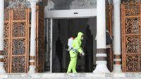 Cegah Corona Personil Polda Aceh Lakukan Penyemprotan Desinfektan Di Mesjid Raya Baiturrahman