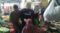 Ketua SOMADA Memakaikan Masker Pada Pedagang Di Pasar Ketapang Dalam Aksi Relawan Pemuda Aceh Besar Melawan Covid-19 7
