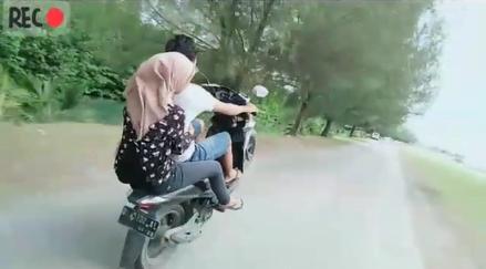 Keterangan; remaja melakukan jumping motor di kawasan Alunaga, Banda Aceh.