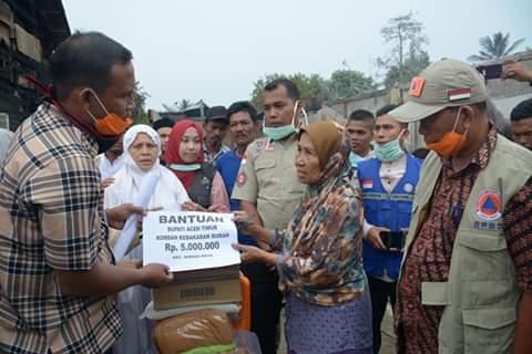 Bupati Aceh Timur Bantu Korban Kebakaran Sungai Raya