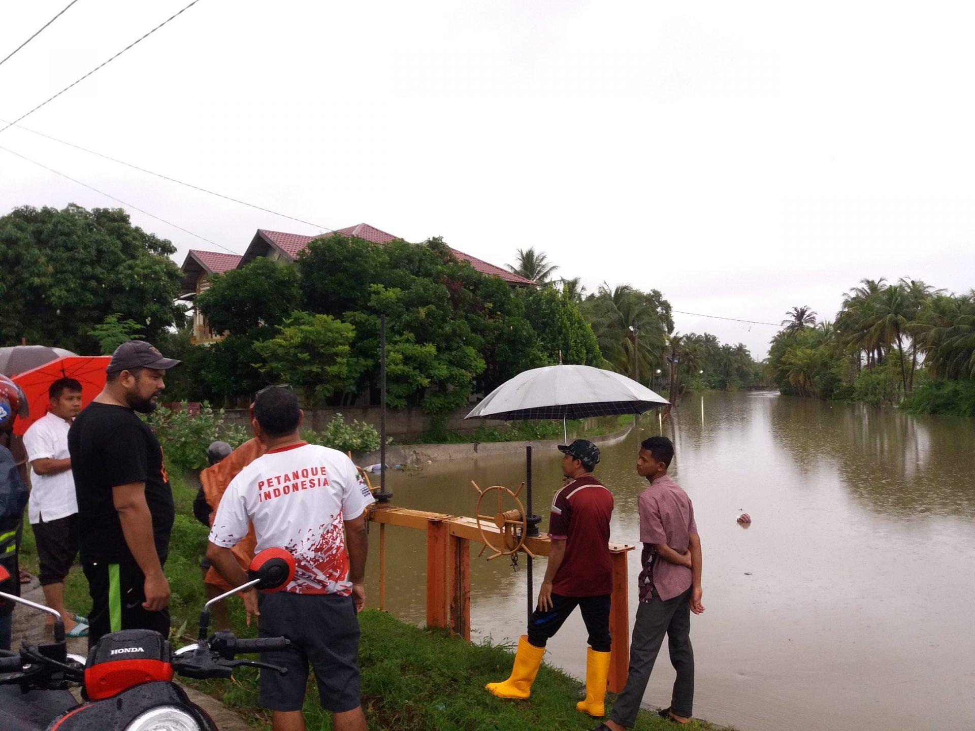 Antisipasi Banjir, Arfiansyah Pantau Pintu Irigasi Desa Limpok Darussalam
