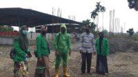Mahasiswa KKN Universitas Malikussaleh Menyemprotkan Desinfektan di Desa Asan Kumbang 1