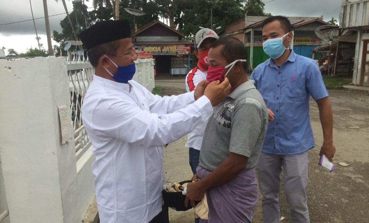 Mustafa Bagikan Masker Kepada Jamaah Mesjid Bersama PMI Aceh Besar