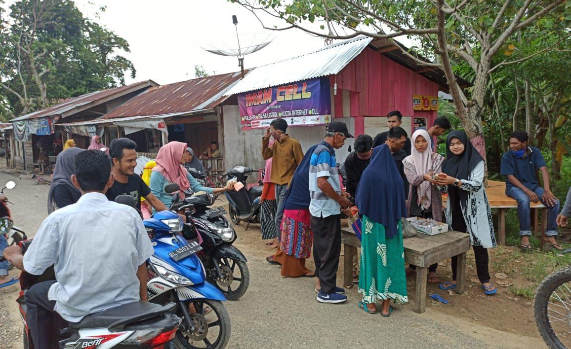 Relawan Pemuda Aceh Besar Bagi Masker Dan Takjil Buka Puasa