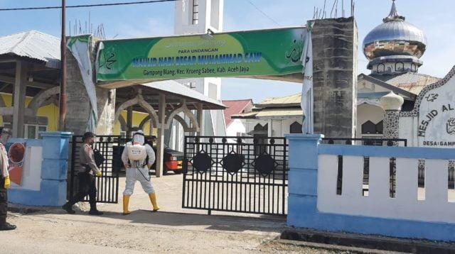 New Normal Bakti Kompi 4 Brimob Semprotkan Disinfektan Di Masjid Al Istiqamah