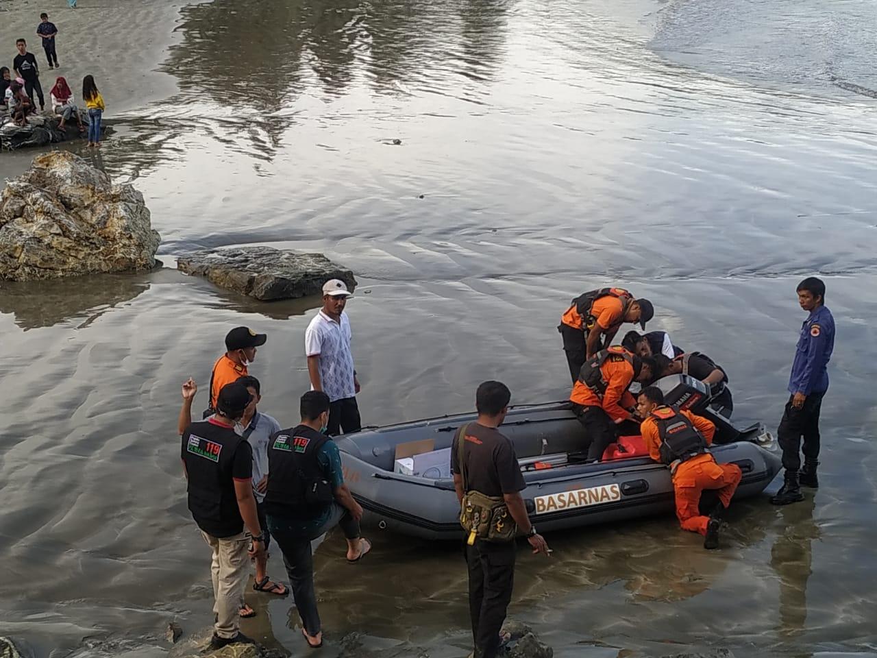 Ansari bersama tim SAR ikut mencari korban terseret arus